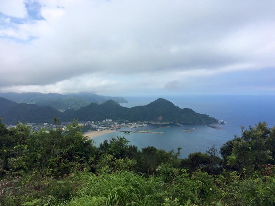観音山展望台から見た城山と浜坂漁港