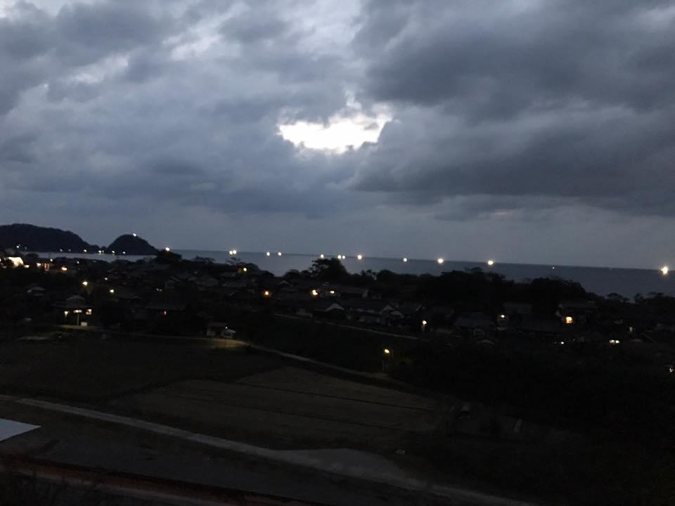 岩美町陸上から見た漁火と 羽尾海岸にある羽尾埼灯台