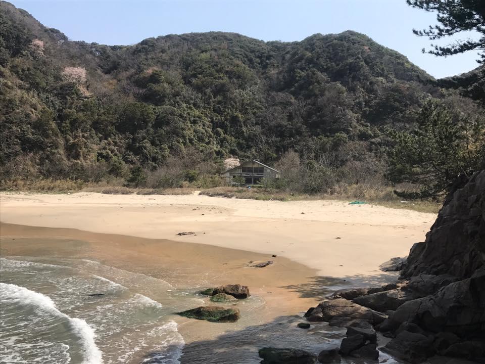 熊井浜にある鴎鳴荘の管理とタジマタムラソウ・海岸にオブジェ