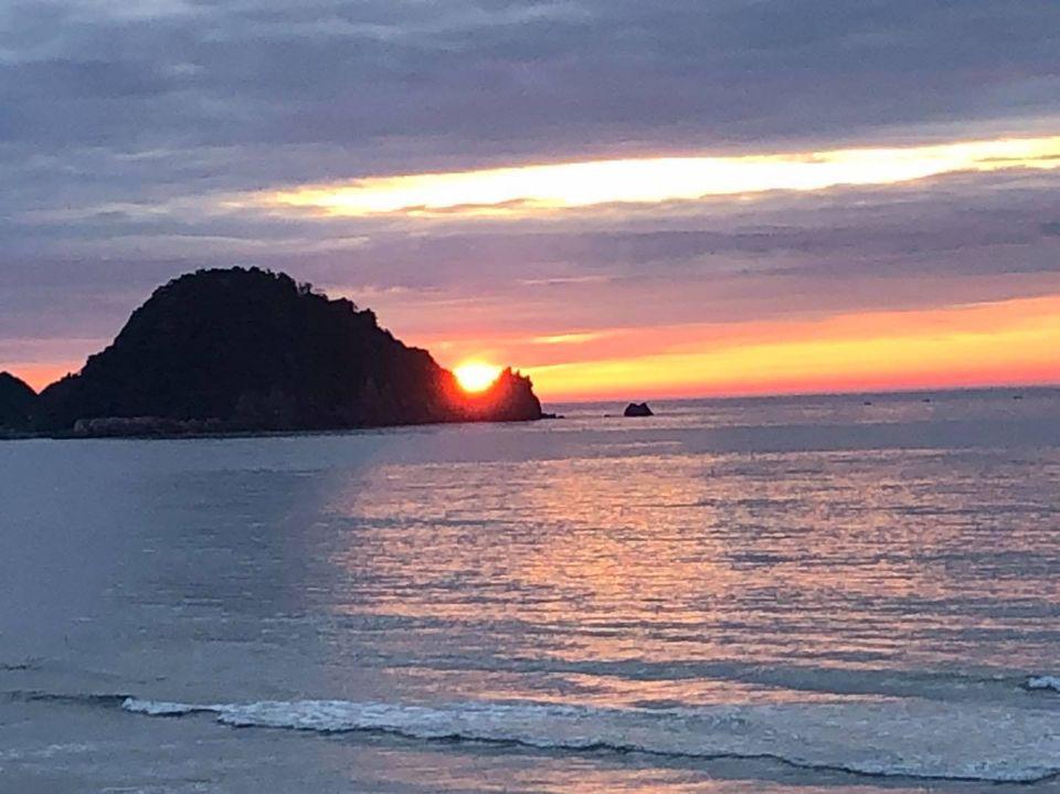 岩美町東浜海岸の夕日円山