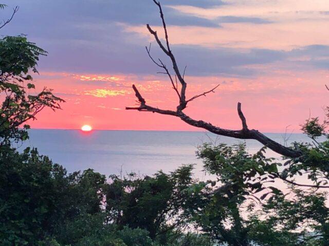 7月25日岩美町熊井浜の夕日と鴎鳴荘
